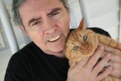 Homem sênior e gato Fotografia de Stock Royalty Free