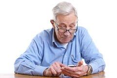 Homem sênior e móbil Fotografia de Stock Royalty Free