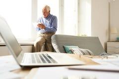 Homem sênior em casa imagens de stock royalty free