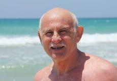 Homem sênior na praia imagem de stock