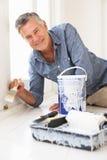 Homem sênior que decora a casa Foto de Stock Royalty Free