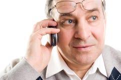Homem superior que fala no telemóvel