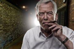 Homem sênior que fuma um charuto Imagens de Stock Royalty Free