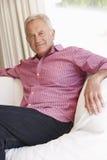 Homem sênior que relaxa em casa Imagem de Stock Royalty Free