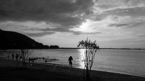 Homem só na praia Fotografia de Stock Royalty Free