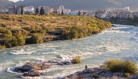 Homem só no rio de Neretva foto de stock royalty free