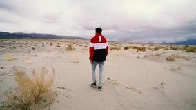 Homem só que anda na estrada do deserto video estoque