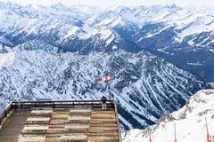 Homem só que olha um panorama nevado da montanha Imagens de Stock