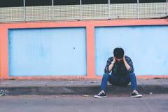 Homem só que senta-se na rua fotos de stock