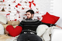 Homem só triste novo bonito que senta-se na cama Fotos de Stock Royalty Free