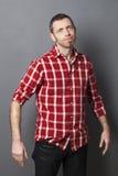 Homem 40s desanimado com os braços que expressam para baixo o inacreditável Imagem de Stock