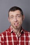 Homem 40s desapontado que expressa a tristeza e que entende mal Fotografia de Stock