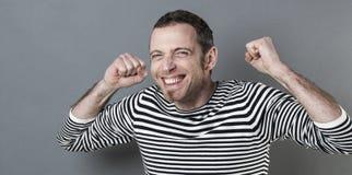 Homem 40s excitado que expressa a alegria e a vitória Fotografia de Stock