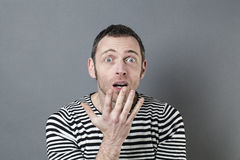 Homem 40s perturbado que actua surpreendido foto de stock