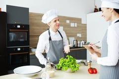 Homem satisfeito que passa o exame prático na aula de culinária fotos de stock royalty free