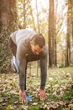 Homem saudável desportivo no parque imagens de stock