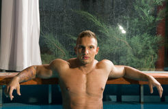 Homem saudável novo com corpo muscular Fotos de Stock