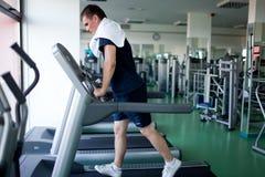 Homem saudável uma escada rolante Fotos de Stock Royalty Free