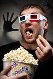 Homem Scared que presta atenção ao filme 3D Imagens de Stock Royalty Free
