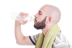 Homem sedento que bebe a água fria com arround de toalha seu pescoço Foto de Stock Royalty Free