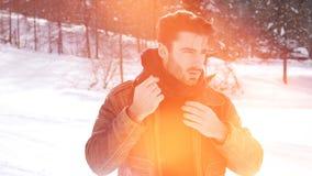 Homem seguro considerável na montanha com neve video estoque