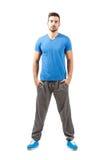 Homem seguro orgulhoso novo do ajuste no sportswear Foto de Stock Royalty Free