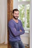 Homem seguro relaxado em sua casa Foto de Stock Royalty Free