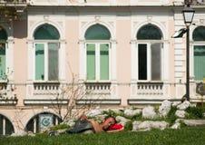 Homem semi-nua desabrigado que dorme no parque Fotos de Stock