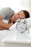 Homem sereno que encontra-se em sua cama antes de ser acordado Imagem de Stock