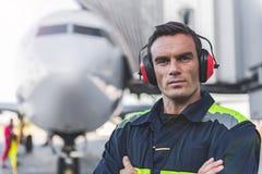 Homem sereno que tem o trabalho no airdrome Foto de Stock