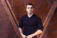 Homem sexual novo brutal na camiseta preta Foto de Stock Royalty Free