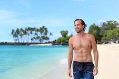 Homem 'sexy' do Abs em troncos de nadada em férias da praia imagens de stock