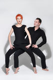 Homem 'sexy' e mulher que fazem uma sessão fotográfica da forma em um estúdio profissional Imagem de Stock Royalty Free