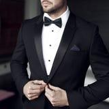 Homem 'sexy' no smoking e no laço fotografia de stock