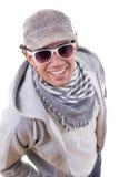 Homem 'sexy' que sorri na camiseta com os óculos de sol que vestem o tampão e o s fotos de stock