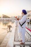 Homem sikh não identificado que reza perto do templo dourado Imagem de Stock Royalty Free