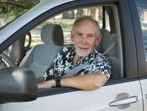 Homem sênior na roda do carro Fotos de Stock