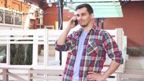 Homem sobre 30 anos de fala velha na paisagem da cidade do telefone filme