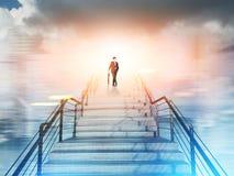 Homem sobre a escadaria na cidade Fotos de Stock Royalty Free