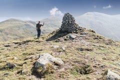 Homem sobre a montanha foto de stock royalty free