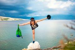 Homem sobre o penhasco, no litoral do beira-mar Fotografia de Stock