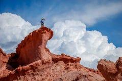 Homem sobre uma formação de rocha no del rio de las Búzio de Quebrada fotografia de stock