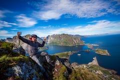 Homem sobre uma montanha que toma um selfie Fotografia de Stock
