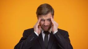 Homem sobrecarregado na dor de cabeça forte do sentimento do terno, fazendo massagens templos, trabalho fatigante filme