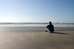 Homem sozinho na praia Imagem de Stock