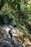 Homem sozinho que aprecia o ambiente em Tailândia Imagem de Stock Royalty Free