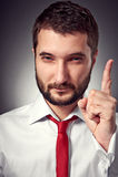 Homem sério que mostra o sinal da atenção Fotos de Stock Royalty Free
