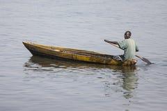 Homem sudanês sul na canoa Fotos de Stock