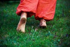 Homem sujo do pé no fundo verde Fotografia de Stock Royalty Free