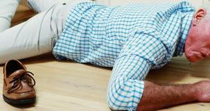 Homem superior caído para baixo das escadas filme